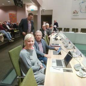 Linda en Jerry voorafgaand aan de commissievergadering