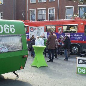 D66 caravan, Gelderland Stemt-bus op de Markt in Lichtenvoorde met mensen